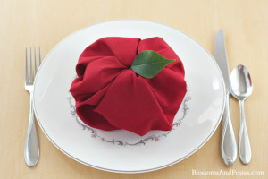 Add a whimsical touch to your next autumn party with this easy apple napkin fold! #teaparty #autumn #hospitality